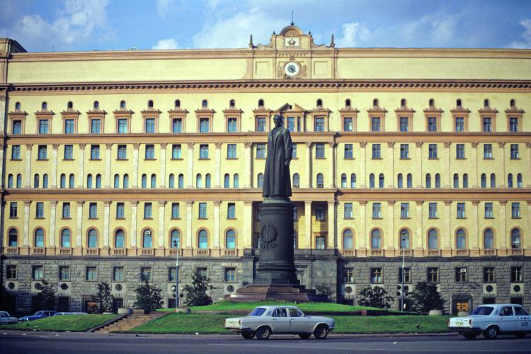 История свозвращениемпамятника Феликсу Дзержинскому наЛубянскую площадь вМоскве завершилась также внезапно, как иначалась