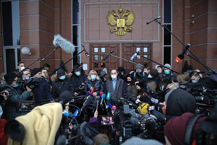 Адвокаты оппозиционера Алексея Навального Ольга Михайлова и Вадим Кобзев
