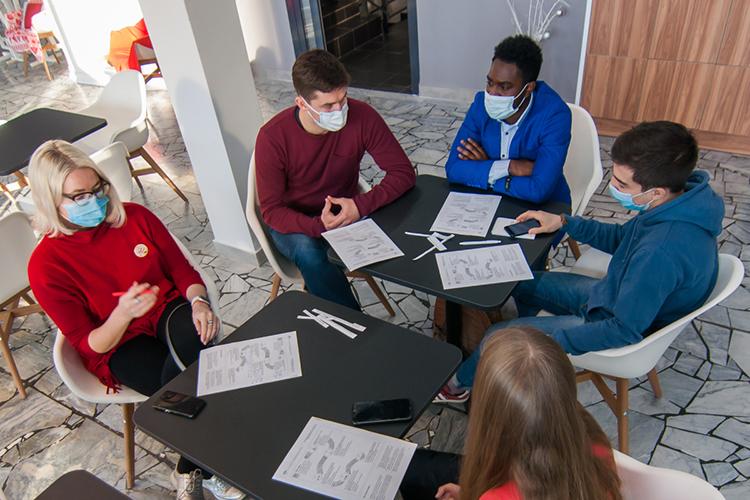 Авообще нужныли иностранным студентам российские университеты? Да, иностранцы приезжают, ноочень выборочно