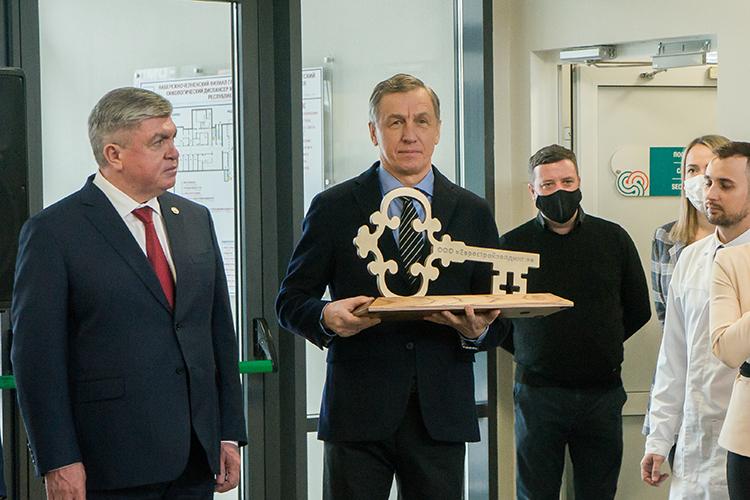 Владимир Казилов (в центре) построил несколько важных медицинских объектов, например,Набережночелнинский филиалреспубликанского клинического онкодиспансера (738млн)