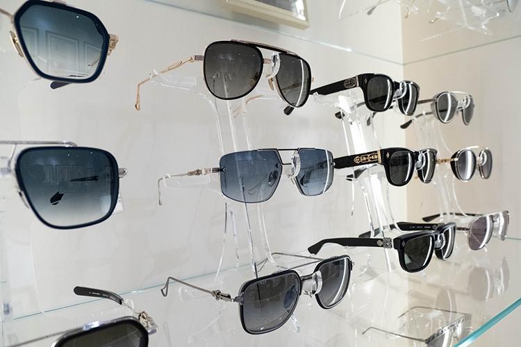 «Однажды клиент купил унас очки Chrome Hearts ручной работы изстерлингового серебра— это один изсамых дорогих мировых брендов, поклонниками которого выступают многие голливудские звезды»
