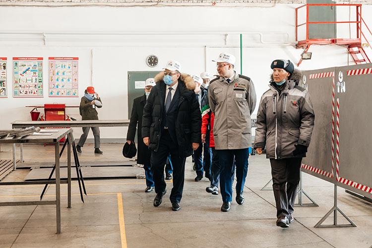 Перед началом сессии Бугульминского района премьер-министр РТ Алексей Песошин познакомился на выставке с продукцией нефтесервисного предприятия «ТНГ-групп»