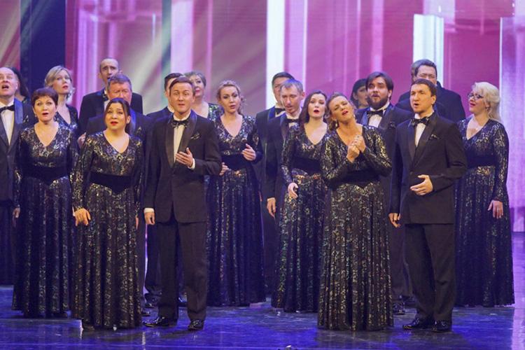 Вконцерте были задействованы исолисты театра, иприглашённые певцы; каждый выходил насцену 2-3 раза, плюс программу доукомплектовали инструменталистами