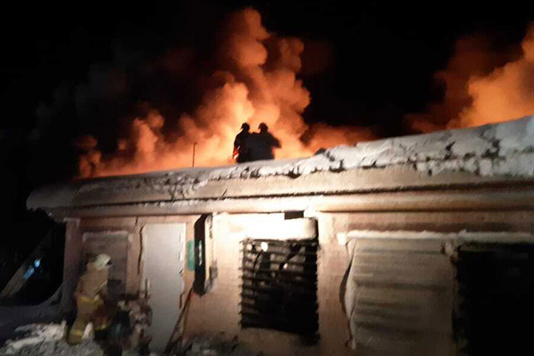 Поприбытии пожарных открытым пламенем уже горела стена икровля здания предприятия, людей внутри небыло. В20:36 открытый огонь удалось ликвидировать наплощади 500 кв. метров. Попредварительным данным, жертв ипострадавших нет