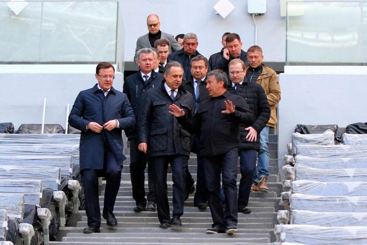 Дмитрий Азаров, Виталий Мутко и Равиль Зиганшин (слева направо на первом плане) во время посещения стадиона «Самара Арена», 2018 год