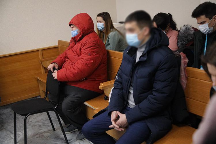 Весь процесс Петров неснимал красную куртку. Сидел вкапюшоне имедицинской маске, руками держался за спинку стула