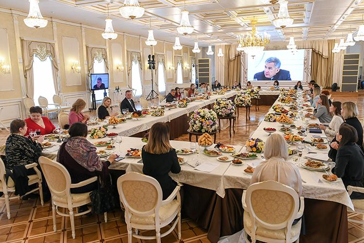 Глава республики по-хозяйски поинтересовался, хорошоли кормят гостей: «Губадия очень вкусная. Вам дали, или мне только? Такая губадия, просто атомная!». Участницы встречи водин голос заявили, что угощение импонравилось