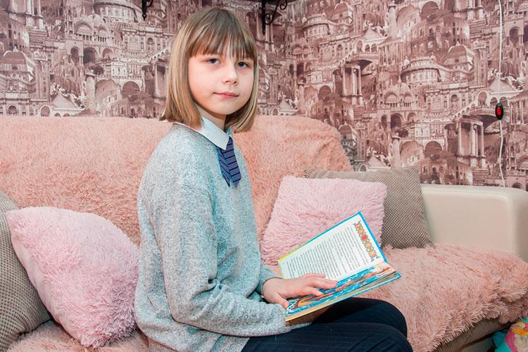 Одиннадцатилетняя Виолетта Шайдуллина из Набережных Челнов очень любит читать. Наверное, потому, что мир звуков для нее часто ассоциируется с хаосом, девочке сложно находиться в шумных местах и при большом скоплении людей
