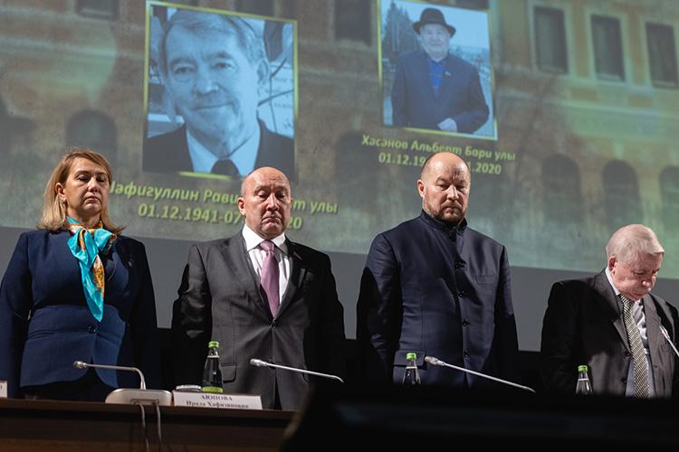 Минутой молчания помянули членов союза, скончавшихся за4 года и10 месяцев, что прошли смомента предыдущего съезда. Ихоказалось 46 человек