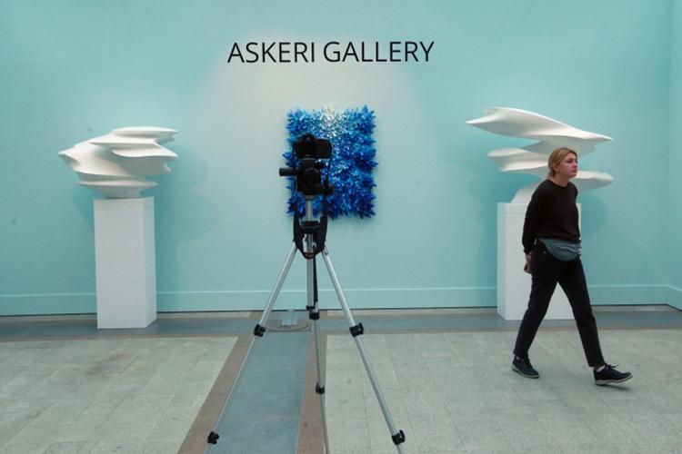 «ASKERI GALLERY сотрудничает спрекрасным художником, скульптором Даниэлем Закх. Вначале создания скульптуры онсидит скомпьютером. Создает программу, аона— скульптуру. Нодальше сней работают все равно люди»