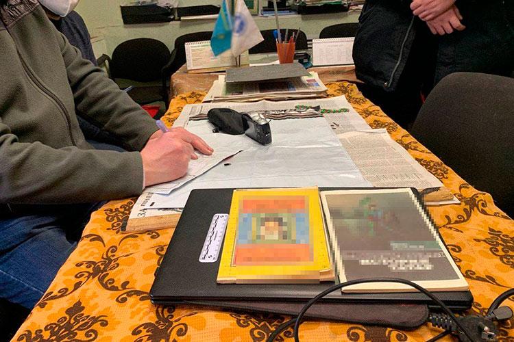 Пословам одного изсобеседников впогонах, вквартире Закиева оперативники все-таки нашли запрещенную, экстремистского толка литературу, атакже аналогичную символику
