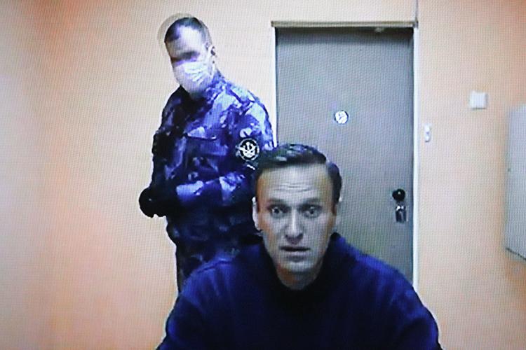 Навальныйже тем временем написал первый пост всоциальные сети изСИЗО-3 «Кольчугино» Владимирской области, нонеизИК, где его ожидали увидеть ранее. «Нешульман» объясняет это кулуарными переговорами из-за санкций поделу Навального, которые готовят вСША