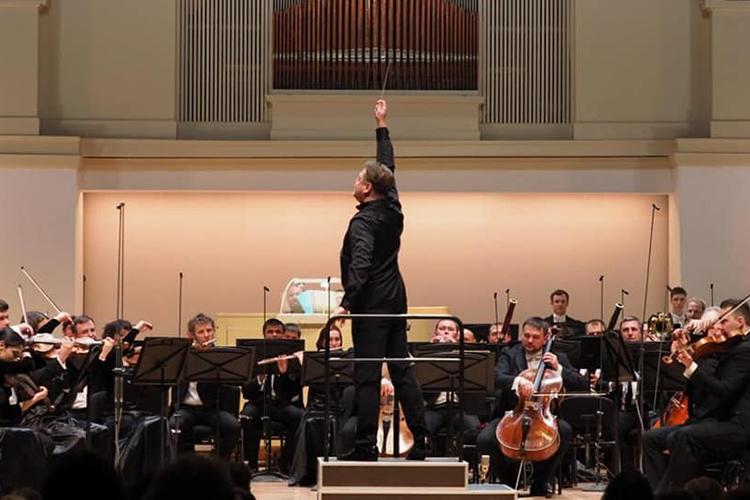Концерт был приурочен к185-летию содня рождения всемирно известного французского композитораКамиля Сен-Санса. Это объясняет ивыбор программы: «Алжирская сюита», Концерт №1 для виолончели соркестром иСимфония №3 «Органная» вовтором отделении