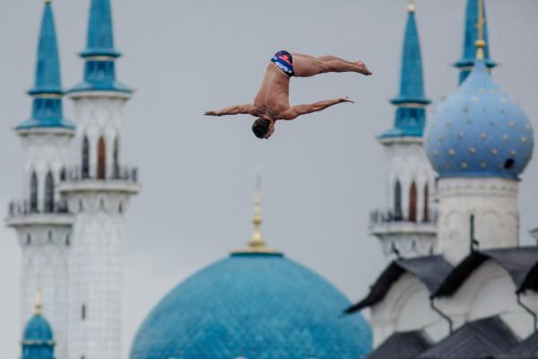 Если в15-м году конструкцию для хай-дайвинга возвели вакватории Казанки, тов25-м повторить это неудастся. Международная федерация плавания (ФИНА) изменила регламент соревнований, итеперь прыгать с27-ми метров воткрытую воду нельзя— требуется бассейн