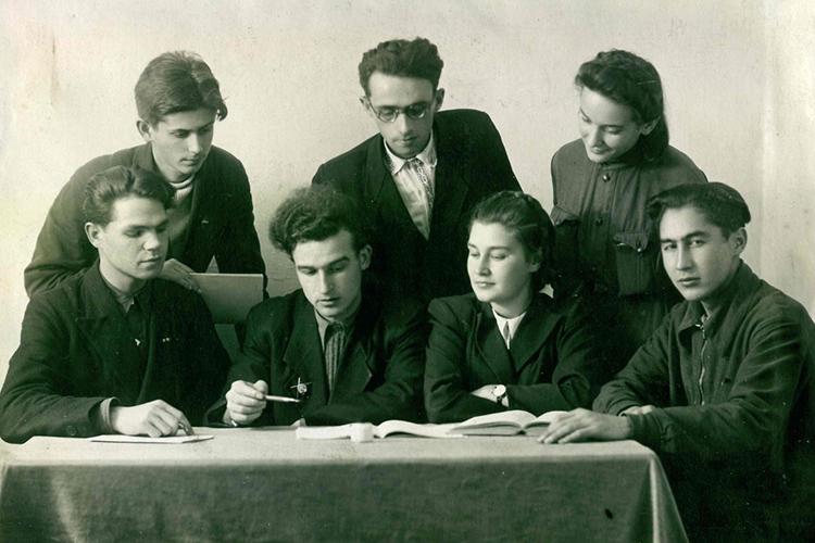 Геннадий Паушкин - в центре, с орденом Красной Звезды , руководит заседанием литобъединения Казанского университета