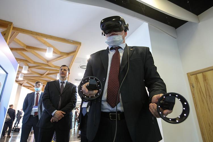 Чернышенкопропустил «умную майку» для спортсменов, которая помогает собирать вреальном времени биометрию всех мышц. Майка дополнена очками виртуальной реальности, спомощью которых пользователь видит, какие мышцы унего работают