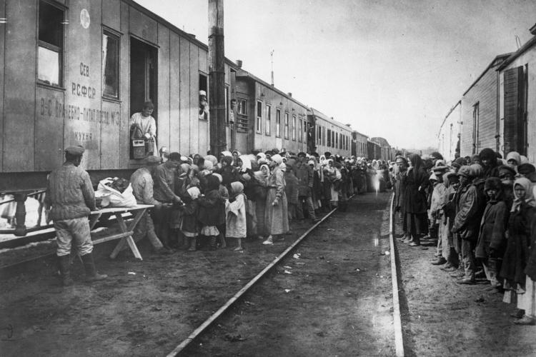 Голод в Поволжье. Выдача продуктов бедствующим (Фотография из Центральный государственный архив кинофото- фонодокументов СССР, 1922 год)