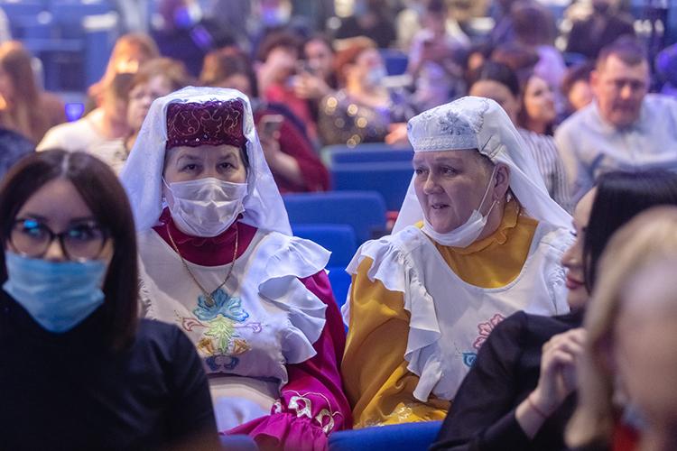 Свой необычный концерт в«Пирамиде»ФирдусТямаеврешил организовать сразуже вслед Международному женскомудню.Некоторыеже изгостей, сняв верхнюю одежду, облачались внациональные костюмы илиже водин изего атрибутов. Такого было условие получения подарков