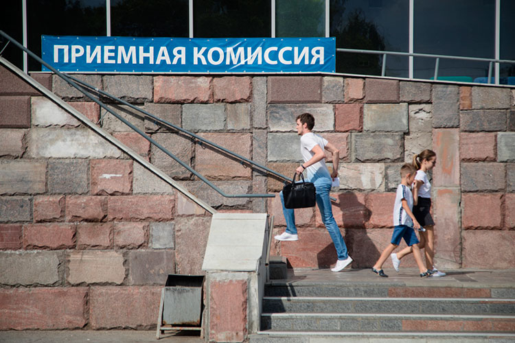 «На сегодняшний день ряд прошлогодних изменений сохранится. ЕГЭ будут сдавать те выпускники, которые планируют поступать в вузы, причем обязательным будет только ЕГЭ по русскому языку»