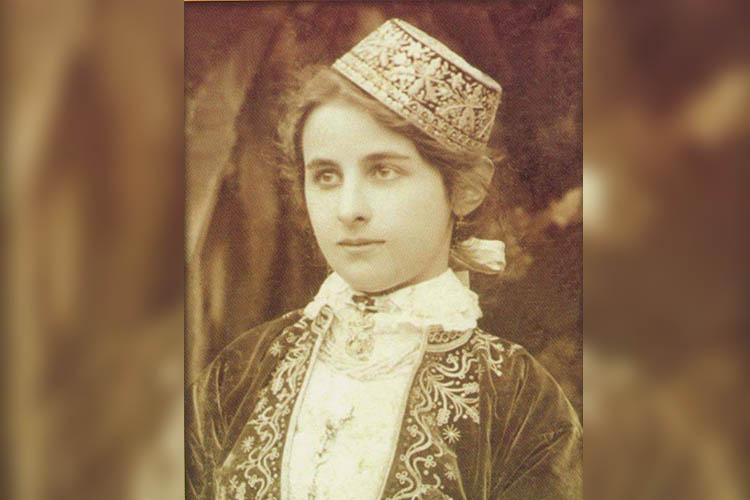 «Сконца 1905 года Исмаил Гаспринский стал издавать первый крымско-тюркский журнал для женщин «Алеми Нисван» («Женский мир»), редактором которого была его дочь Шафика» (на фото)