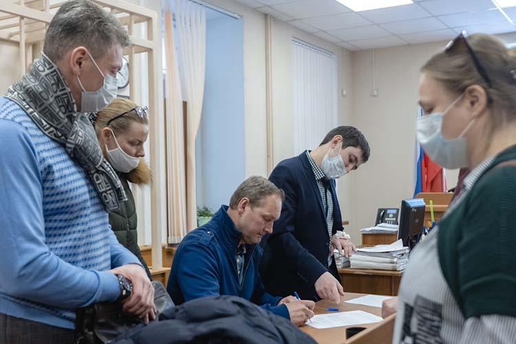 Судья принял решение: отправить Степущенко под домашний арест.Адвокаты пока неприняли решение, будутли обжаловать сегодняшний «вердикт»— для обсуждения уних есть еще несколько дней
