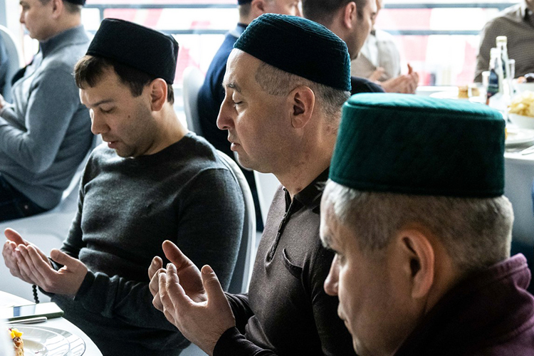 Согласно традиции начался елашы счтения Корана