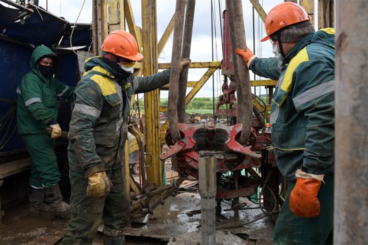 Нефтяники продолжают «крестовый поход» против минфина, который начали в конце февраля. Они просят снизить налоговую нагрузку на месторождениях с трудноизвлекаемой нефтью. В частности, со следующего года выделить в отдельную группу и месторождения сверхвязкой и высоковязкой нефти с пониженным НДПИ