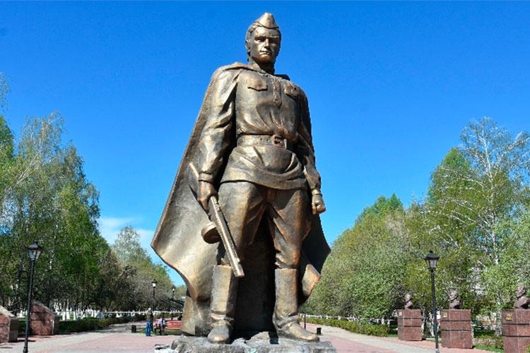 Полимерного воина Заинск получил в мае прошлого года. Скульптор стоит на своем — памятник, выполненный из огнеупорного материала «нельзя жечь»
