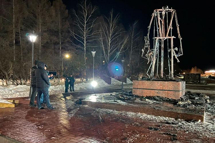 Приехавшим на место пожарным пришлось тушить огонь на площади 6 кв. м. От скульптуры остался лишь металлический каркас, который к утру уже разобрали