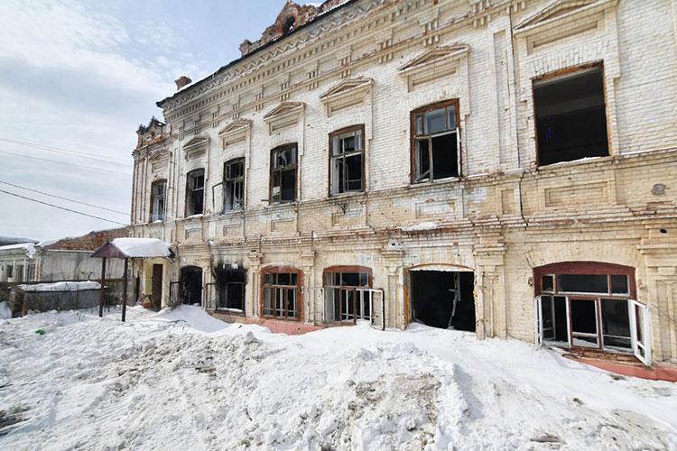 Сразу после окончания совещания директор музея-заповедника Гульзада Руденко позвала всех гостей на объезд. В передвижном «аукционе» она наглядно демонстрировала потенциальным инвесторам все так называемые «лоты»