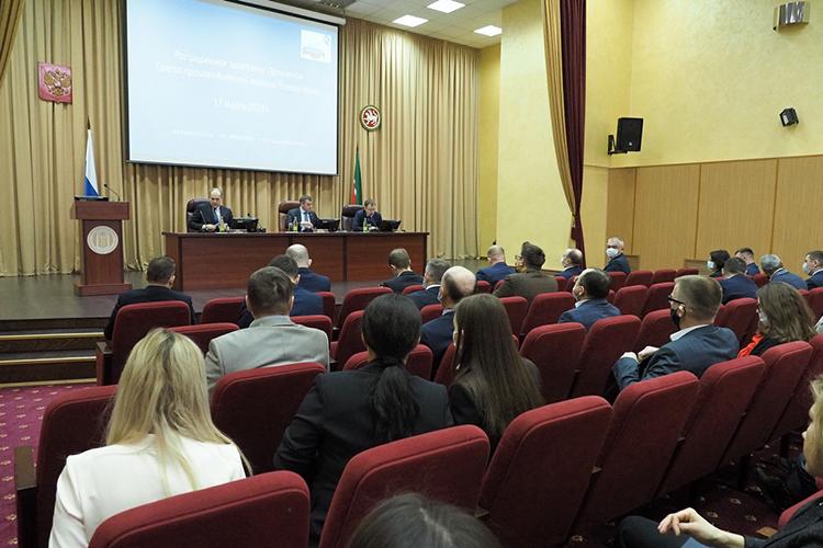 Расширенное заседание правления Союза производителей молока Татарстана, которое объединяет производителей 70% молока вреспублике, состоялось вчера вздании Дворца земледельцев вКазани