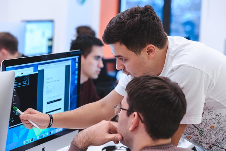 «Основная идея: надва-три собираем программистов испециалистов поязыку, день иночь работают, авитоге должны создать IT-продукт— сайт или приложение— ипрезентовать его»