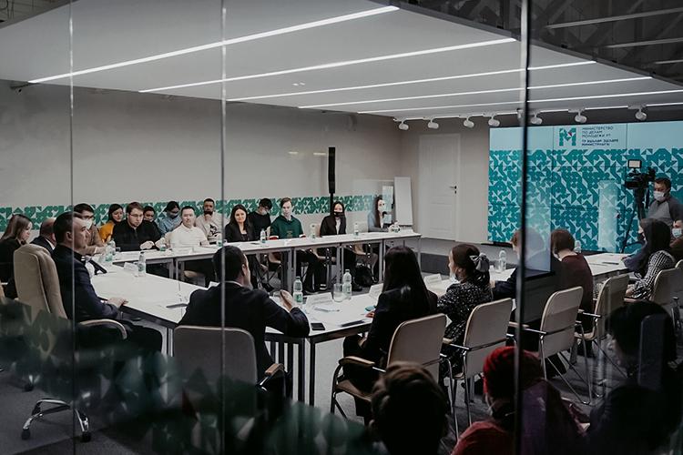 Марат Ахметовпровел встречусактивом татарской молодежи вминистерстве молодежиРТ. Вовстрече также приняли участие министрДамир Фаттаховиего заместительТимур Сулейманов