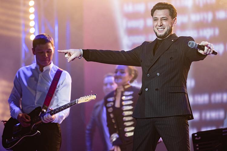 Фирдус Тямаев –один изсамых популярных национальных поп-артистов мечтает сделать большой стадионный концерт, накоторый можно былобы попасть бесплатно идаже получить какой-то подарок, презентовав себя как татарина, скажем, вэлементе одежды