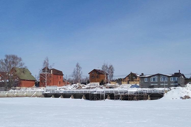 ВБоровом Матюшино снесли здание закрытого в2018 году ресторана Sneg& Voda— некогда культового для богатой иуспешной публики Казани. Владельцы 17,8 соток наберегу Волги начали редевелопмент участка