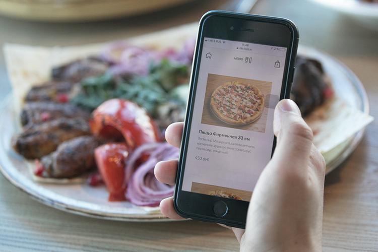 «На экране откроется меню, где парой «кликов» можно ивыбрать блюдо, иего оплатить. После чего заказ сразуже поступает накухню, его готовят ивскоре выносят блюда квашему столу»
