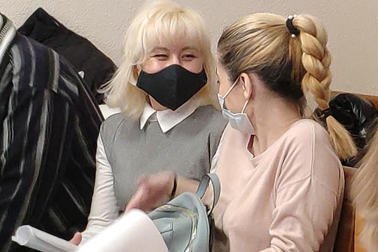 Поверсии гособвинения, Зайдуллина (слева) контролировала весь этот процесс. Вдекабре 2013 года, зная, что документы нарегистрацию собственности уже подали, она якобы отправила запрос вБТИ— чтобы там подтвердили все документы