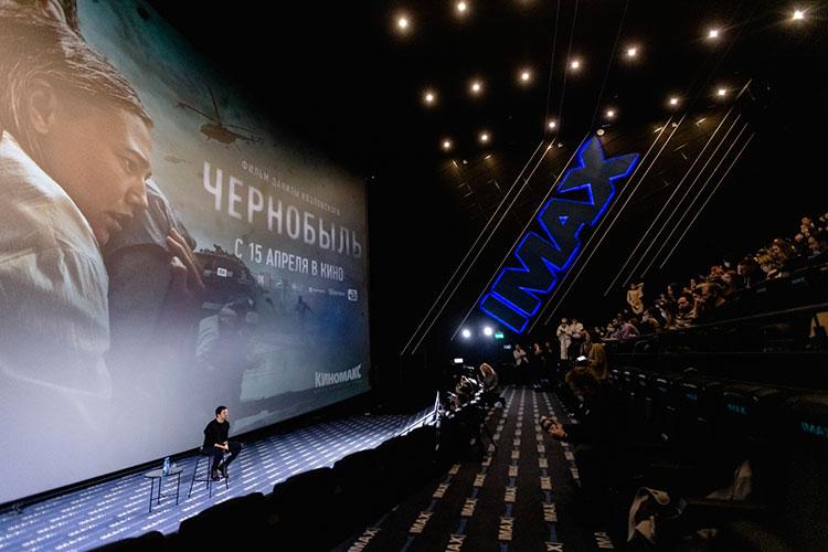 Зрители поинтересовались, не уйдет ли Козловский в режиссуру окончательно, будет ли он сниматься и дальше, как актер. И услышали в ответ, что он очень любит свою профессию актера
