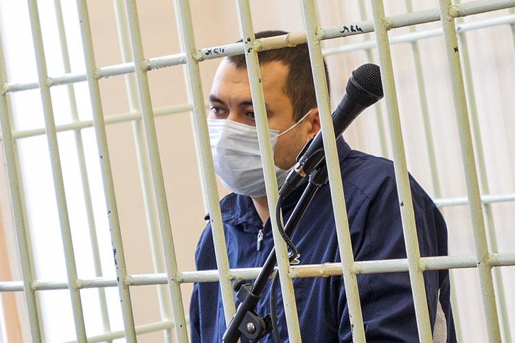 Динар Залялов крутил пальцем увиска иочень тихо что-то говорил. Погубам можно было прочесть немало нецензурных выражений. Его старший брат просто молча смеялся