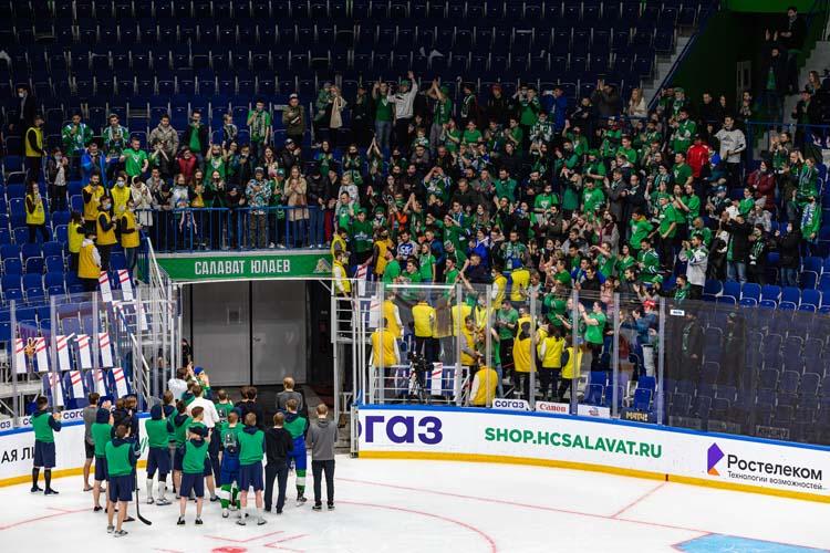 После поражения хоккеисты итренерский штаб «Салавата» вышли налёд поблагодарить фанатов