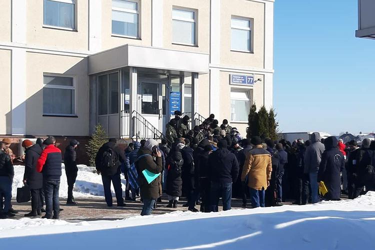 Стоящие вочереди мигранты снегодованием бросали претензии поотсутствию в УФМС электронных очередей, невозможности записи нагосуслугах, атакже одороговизне испрашиваемых документов