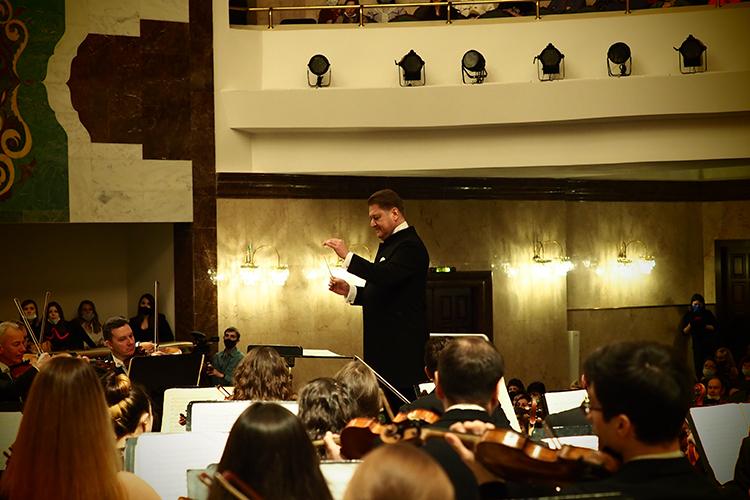 Вэтом проекте Сладковский решил показать эволюцию оркестрового стиля Рахманинова отего ранних партитур дозрелых произведений американского периода
