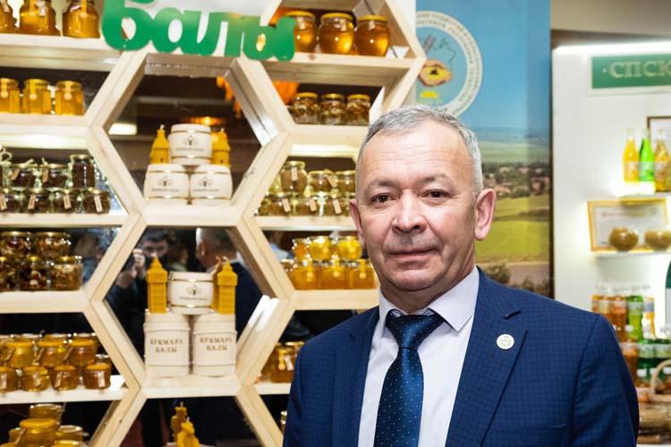 Пчеловод из Кукморского района Тагир Бариев имеет 150 ульев, производит 5-6 тонн меда в сезон, про прибыль рассказывать не стал, но поделился сокровенной мечтой: «Хочу, чтобы наши люди ели мед!»
