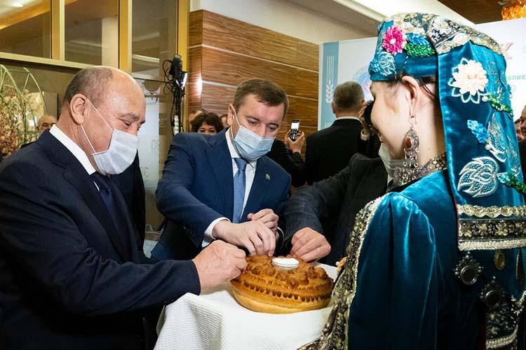 На торжественном заседании в качестве почетного гостя ждали Фарида Мухаметшина, но в итоге законодательную власть республики представлял авторитетный в аграрных кругах его зампред Марат Ахметов (слева)