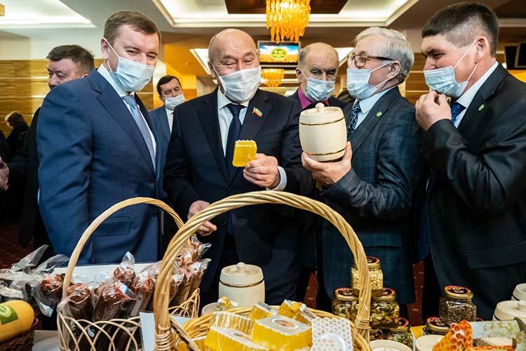 Марат Ахметов (второй слева)попал взнакомую среду, как никак 20 лет проработал министром сельского хозяйства РТ Его гидами стали Камияр Биктемиров (второй справа) и Марат Зяббаров (слева)
