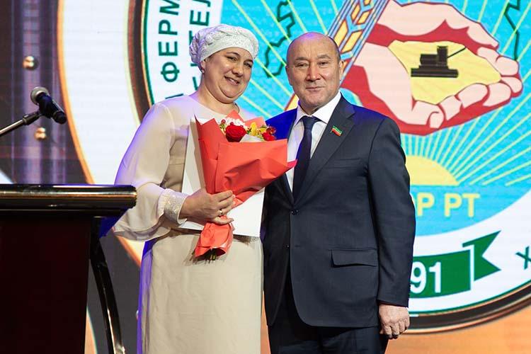 Марат Ахметов наградил наиболее отличившихся фермером, первым благодарственное письмо вручили Минсине Латыповой из Высокогорского района