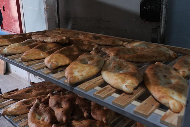 Изучая рынок Татарстана, Вазиев обнаружил, что нанем слабо представлен сегмент национальных хлебобулочных изделий— например, армянского лаваша. Рецепт разработали сами, аеще добавили фишку—лаваш заворачивали вупаковку, иуже после этого скручивали вролл. Это позволяло ему дольше оставаться свежим, невысыхать
