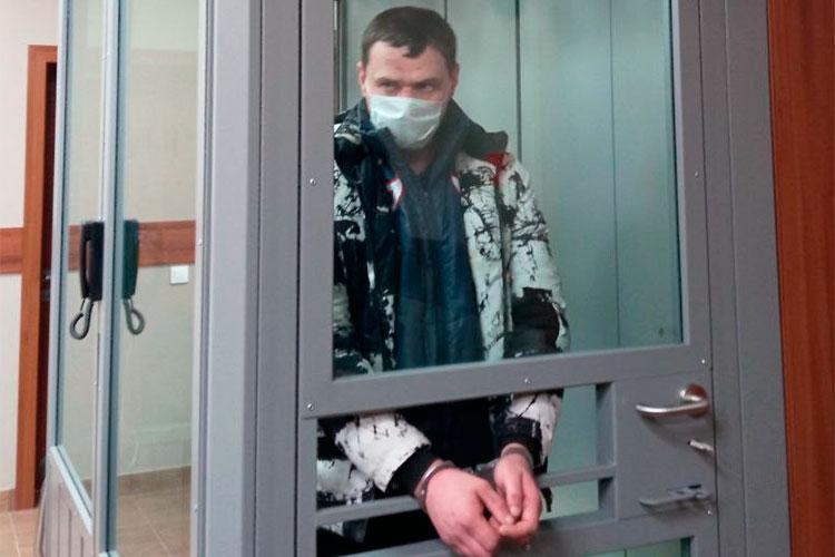 Андрей Усачев отправился домой, оставил жене собаку, поехал назаправку, залил целую канистру бензина ивновь вернулся впункт участковых