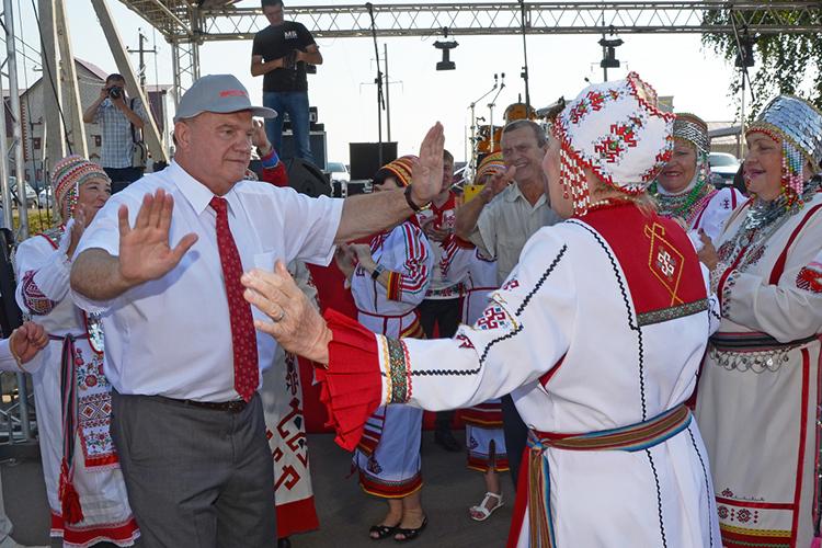 «Ракова позвонит» сообщает, что лидер КПРФ 76-летний Геннадий Зюганов хочет стать пожизненным сенатором, именно поэтому онстремится доказать Кремлю свою системность идоговороспособность