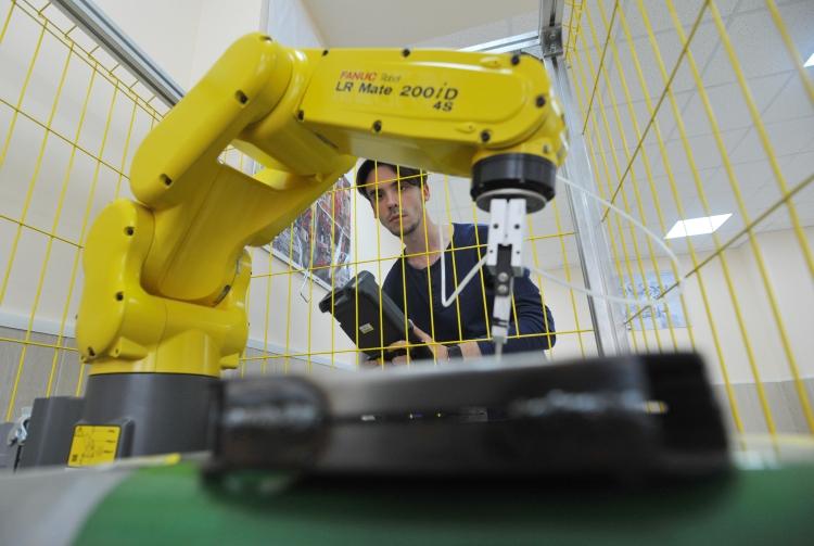 Ряд деятелей заявляли, что ненужно тратить государственные деньги назарождение истимуляцию отечественных производителей роботов